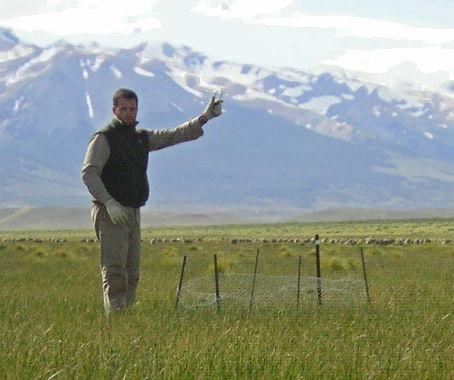 Gonzalo Irisarri midiendo radiación en un mallín