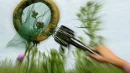 """La descripción de la diversidad de polinizadores se realiza con técnicas de campo que incluyen, en algunos casos, la captura racional de insectos. En la imagen se ve una """"red doble"""" (diseñada a partir de una pinza gastronómica) en acción. Fotos: Gentileza de los investigadores."""