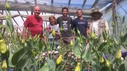 Luego de haberse intoxicado con agroquímicos, Castillo (derecha) junto a profesionales de diferentes instituciones replanteó su sistema productivo con insumos biológicos.