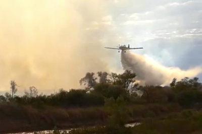 Dotaciones de bomberos locales, provinciales y nacionales continúan luchando contra el avance de las llamas con aviones hidrantes. Foto: miradorprovincial.com