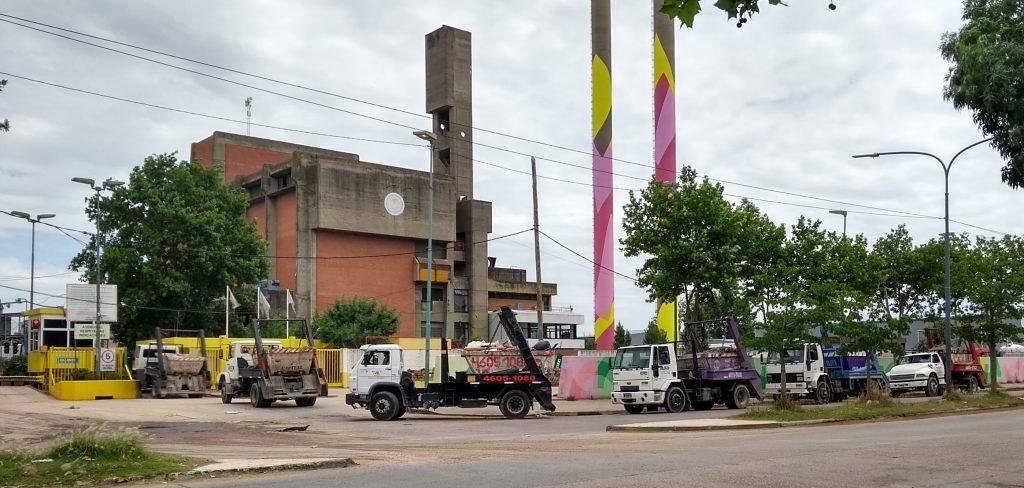 El nivel de polvo en el aire también se vincula con el tránsito, puesto que la planta de reciclaje recibe entre 800 y 1000 camiones diarios con material de construcción y demolición