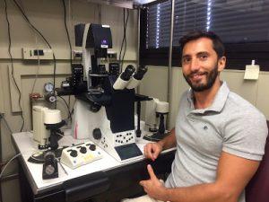 Andrés en micromanipulador