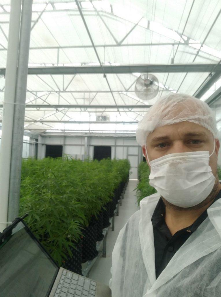 Como parte de sus estudios de doctorado en Colombia, Peralta se capacitó en cultivos de Cannabis