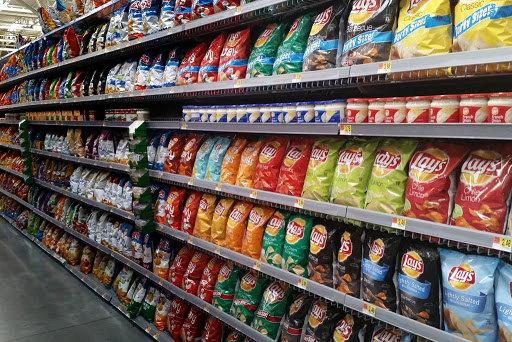 En los supermercados, la oferta de productos ultraprocesados no saludables opaca a la producción local de alimentos saludables. Foto: IntegraGO