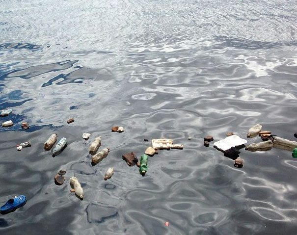 Si bien diferentes industrias producen microplásticos que terminan en los océanos, la mayor cantidad de estos contaminantes se origina a partir de la fragmentación de plásticos de mayor tamaño en el mar