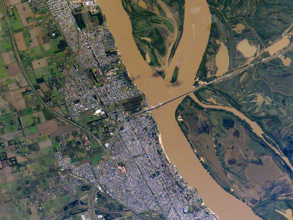 Imagen satelital de la ciudad de Rosario a la orilla del río Paraná. Fuente: NASA Earth Observatory