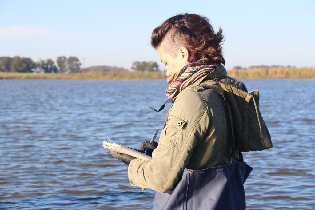 Amalia Stasta realizando el relevamiento de aves acuáticas